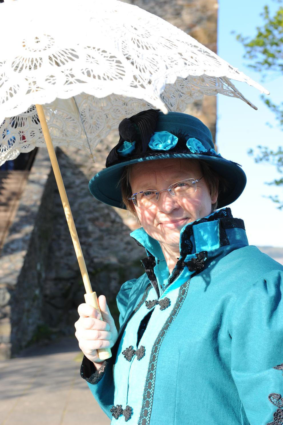 Die englische Weinhändlersgattin auf der Saarburg. Zeitgemäß mit Hut und Sonnenschirm.
