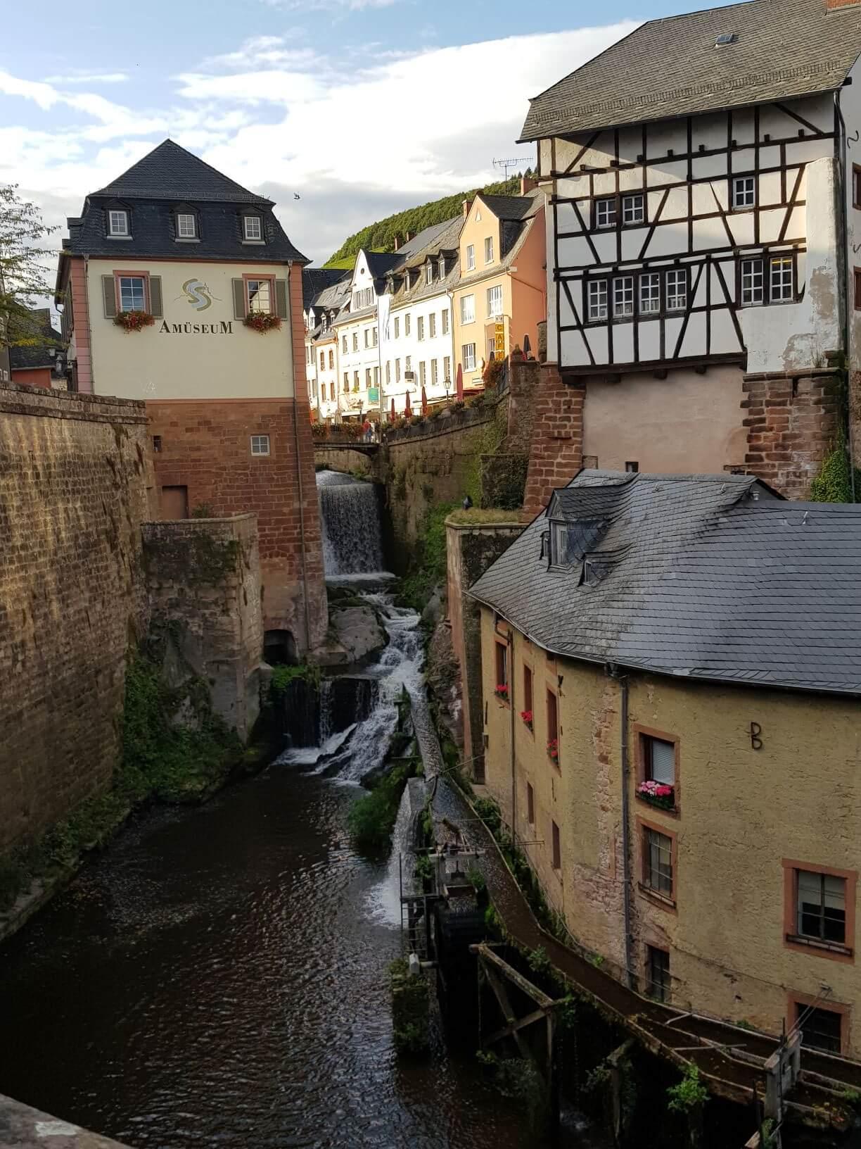 Am Fuße des Saarburger Wasserfalls haben sich die Handwerkermühlen angesiedelt, direkt am Wasserfall die kurfürstliche Mühle.