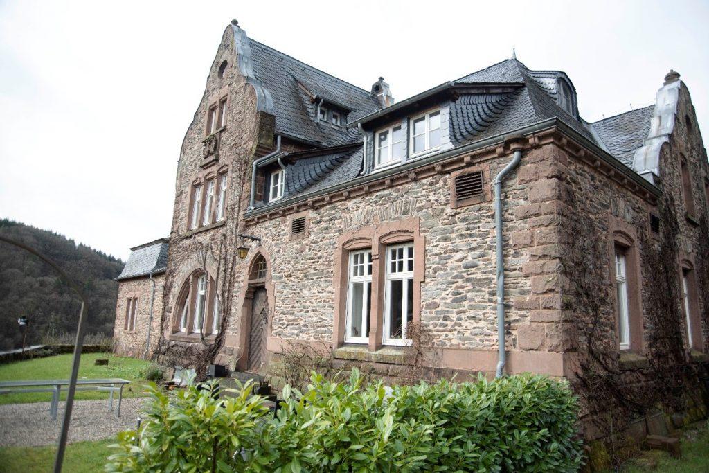 Das Wohnhaus des Weinguts Würtzberg mit Sichtmauerwerk, Sandsteinelement und Ziergiebel